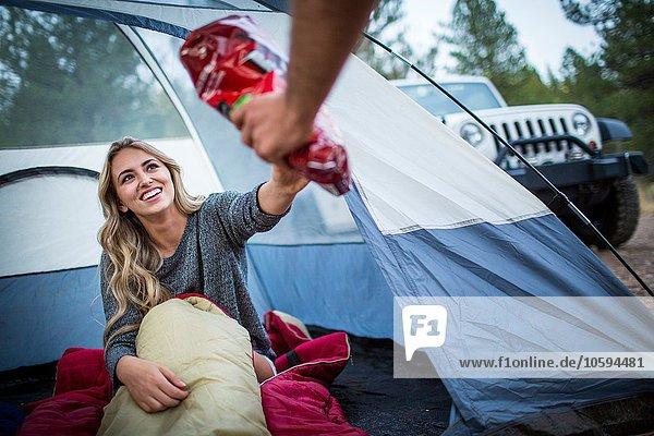 Junges Ehepaar beim Zelten  Lake Tahoe  Nevada  USA