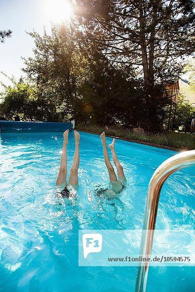 Zwei Teenager-Mädchen tauchen ins Schwimmbad.