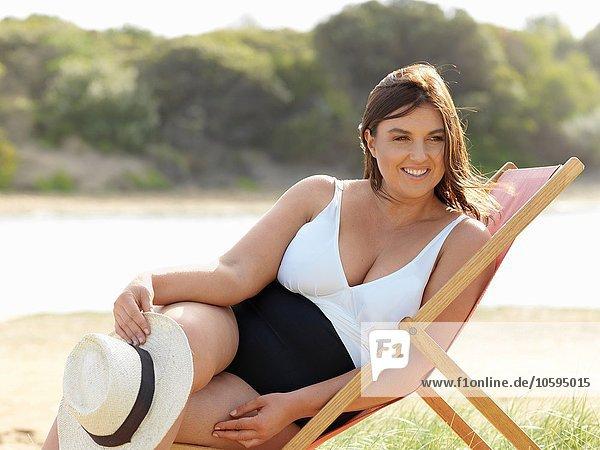 Frau im Badeanzug sitzend auf Strandkorb  Point Impossible  Victoria  Australien