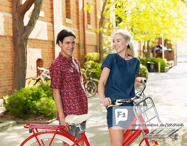 Junges Paar mit Fahrrad  Southbank  Melbourne  Australien