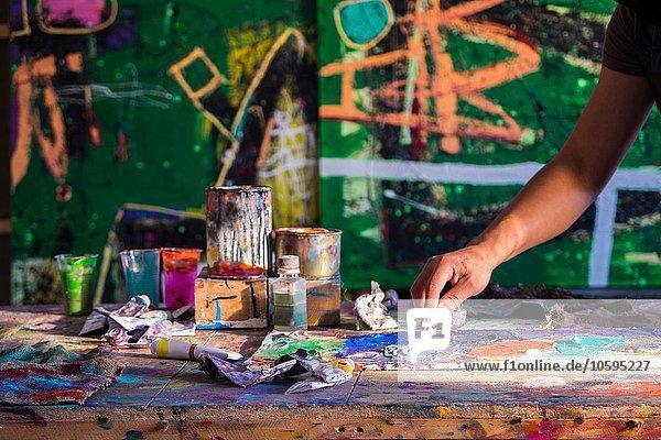 Mittlerer erwachsener Mann  Erstellung von Kunstwerken  mittlerer Teil