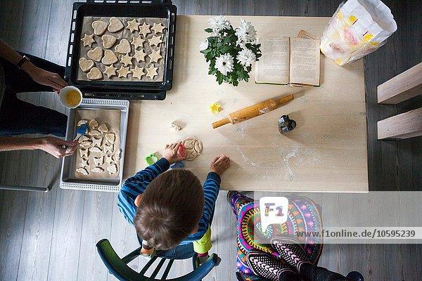 Mutter und Sohn machen Kekse  Draufsicht