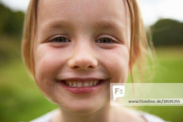 Porträt eines jungen Mädchens im Feld  lächelnd  Nahaufnahme