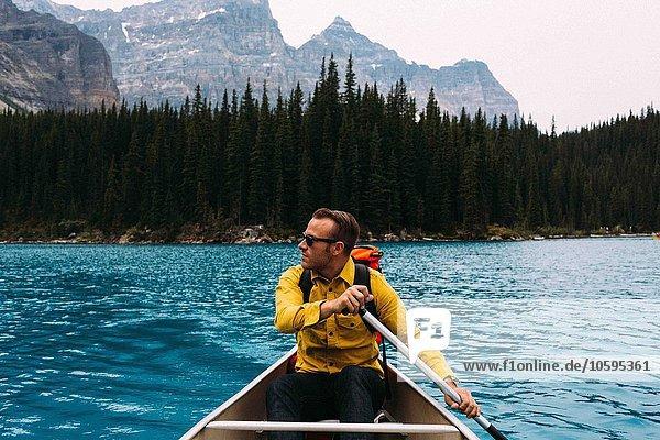 Vorderansicht des Kanus für mittlere Erwachsene  Blick in die Ferne  Moränensee  Banff Nationalpark  Alberta Canada