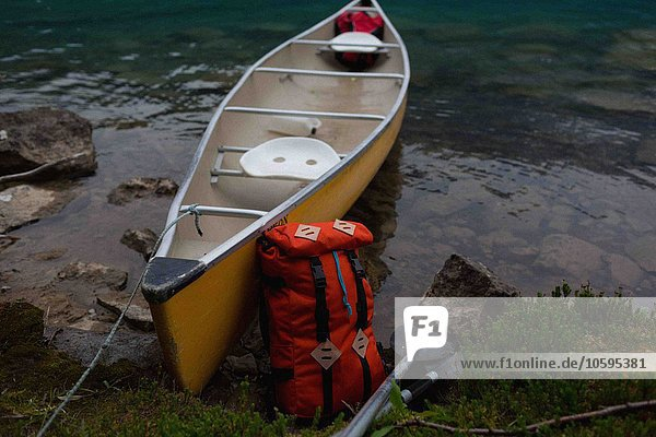 Orangefarbener Rucksack auf gelbem Kanu  Moränensee  Banff Nationalpark  Alberta Canada