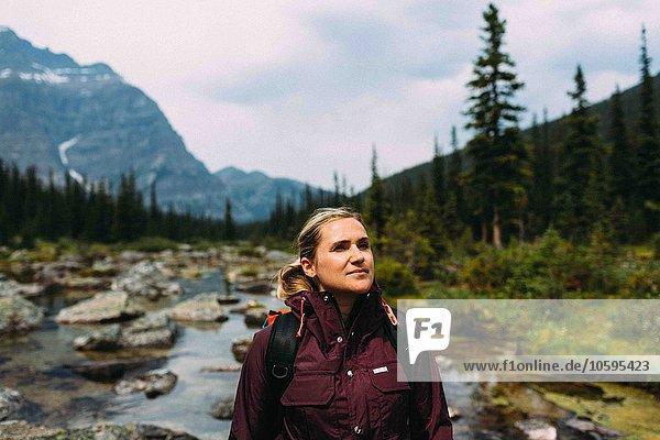 Mittlere erwachsene Frau beim Wandern auf dem Moraine Lake  Blick weg  Banff National Park  Alberta Canada