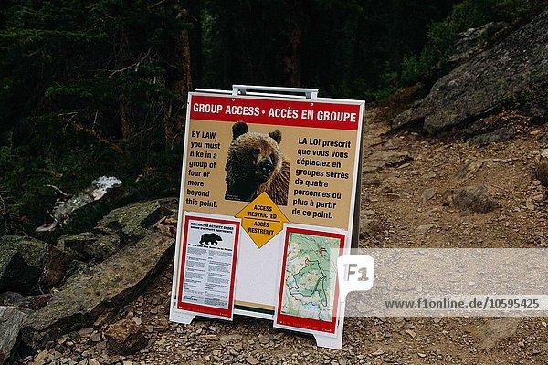 Wildbärenwarnschild  Moraine Lake  Banff National Park  Alberta Canada