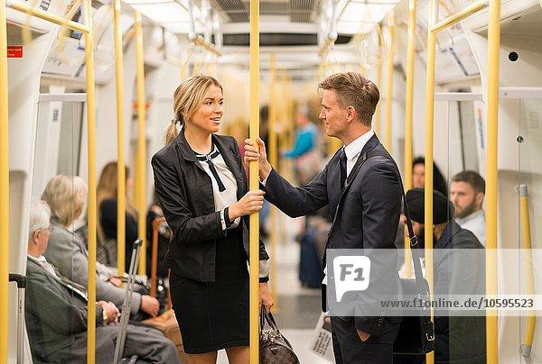 Geschäftsmann und Geschäftsfrau im Gespräch  London Underground  UK