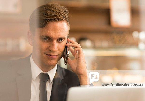 Geschäftsmann bei der Arbeit am Laptop im Cafe Geschäftsmann bei der Arbeit am Laptop im Cafe