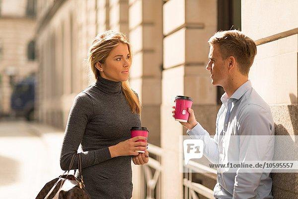 Geschäftsmann und Geschäftsfrau in der Kaffeepause  London  UK Geschäftsmann und Geschäftsfrau in der Kaffeepause, London, UK