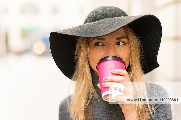 Frau beim Kaffee auf der Straße
