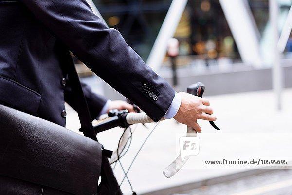 Geschäftsmann zu Fuß mit dem Fahrrad Geschäftsmann zu Fuß mit dem Fahrrad