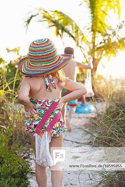 Rückansicht von Mädchen und Bruder beim Muschelsammeln am Strand  Sanibel  Florida  USA