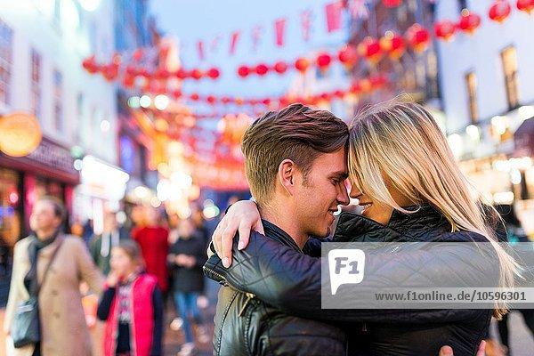 Romantisches junges Paar umarmend  Chinatown  London  England  UK