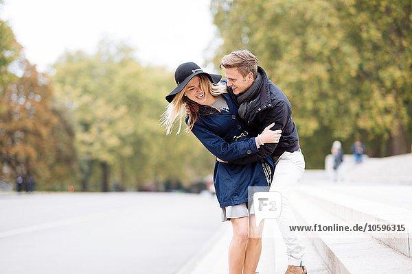 Romantisches junges Paar  das im Park herumalbert  London  England  UK
