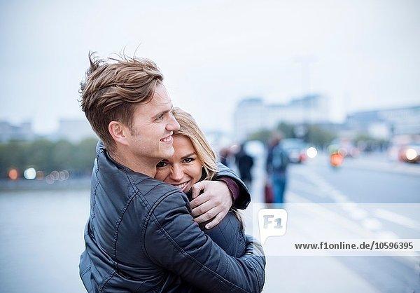 Romantisches Paar  das sich in der Stadt umarmt.