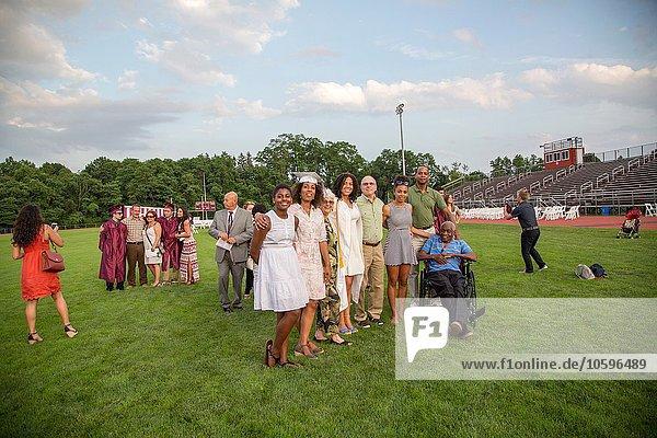 Teenagermädchen mit drei Generationen Familie bei der Abschlussfeier