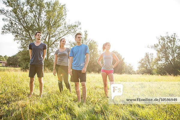 Porträt einer Gruppe von Freunden  im Feld stehend Porträt einer Gruppe von Freunden, im Feld stehend