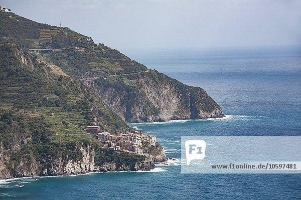 Erhöhter Blick auf Klippendorf und Mittelmeer  Cornelia  Cinque Terre  Italien