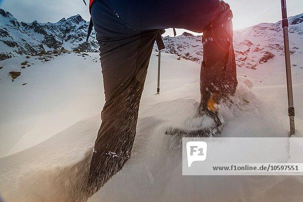Kletterer in Schneeschuhen durch den Tiefschnee  Monte Rosa  Piemont  Italien