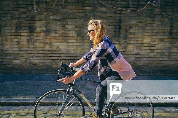 Frau radfahren Mittelpunkt Ansicht Fahrrad Rad Seitenansicht Erwachsener