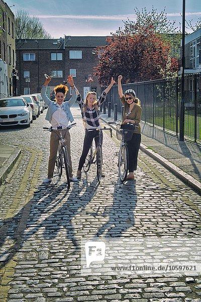 Kopfsteinpflaster Frau sehen lächeln heben halten Fernverkehrsstraße Blick in die Kamera Fahrrad Rad