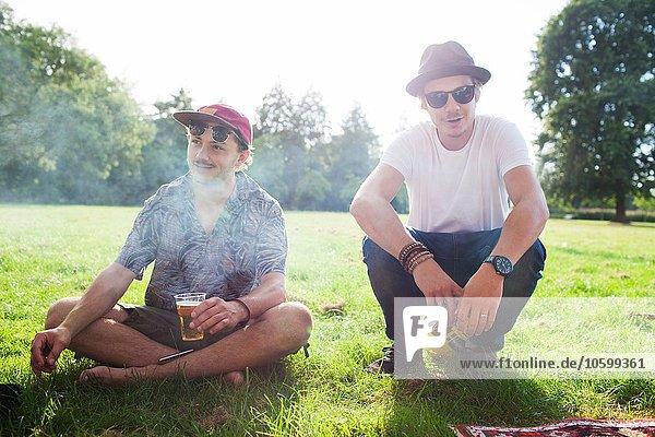 Porträt von zwei coolen männlichen Freunden auf der Parkparty