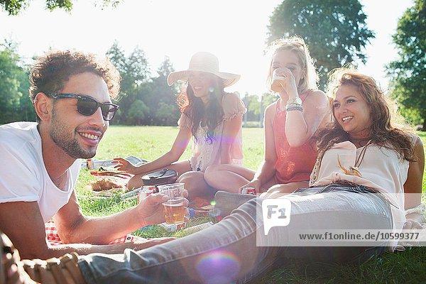 Mann und Frau beim Trinken und Entspannen auf der Parkparty