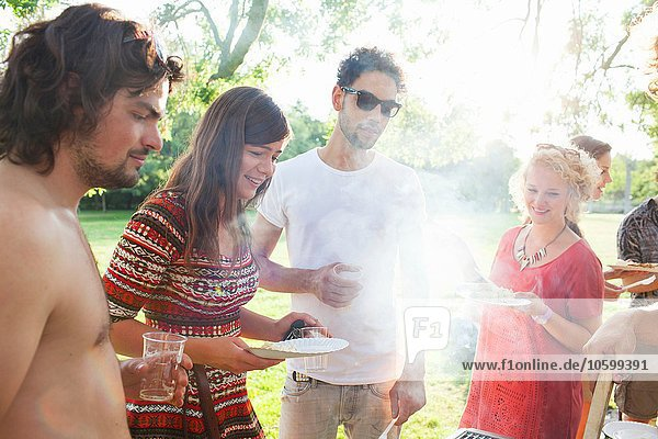Erwachsene Freunde warten auf BBQ bei der Sunset Park Party