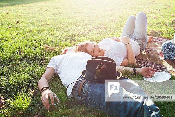 Romantisches junges Paar beim Party-Picknick im Park