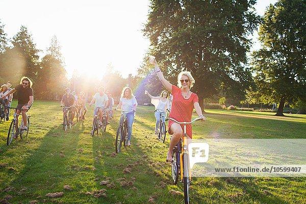 Gruppe von Erwachsenen  die mit dem Fahrrad zum Sonnenuntergang anreisen.