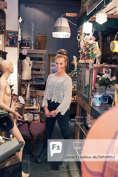 Porträt einer stilvollen jungen Frau im Vintage-Shop