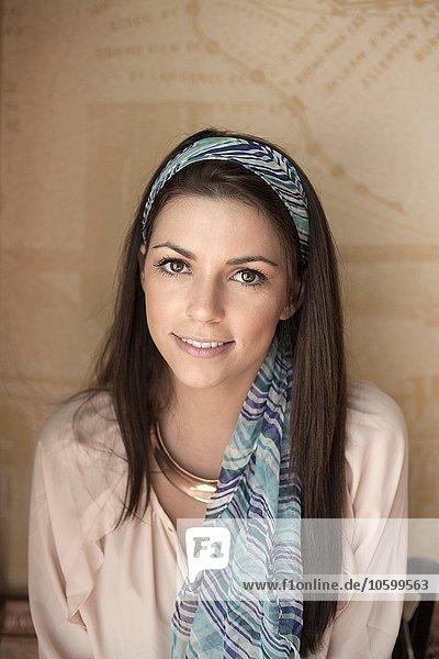 Porträt einer jungen Frau  lächelnd