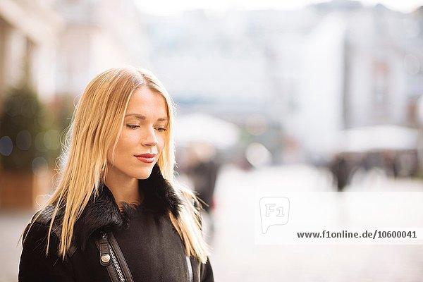 Porträt einer jungen Frau mit langen blonden Haaren  Covent Garden  London  UK Porträt einer jungen Frau mit langen blonden Haaren, Covent Garden, London, UK