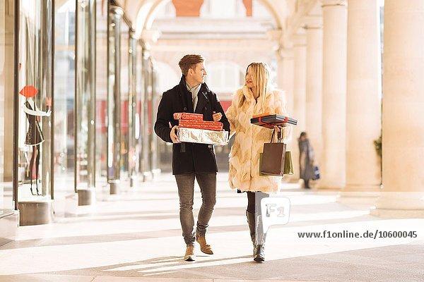 Junges Paar mit Weihnachtsgeschenken im Covent Garden  London  UK