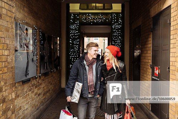 Junges Einkaufspaar beim Flanieren in der Gasse  Covent Garden  London  UK
