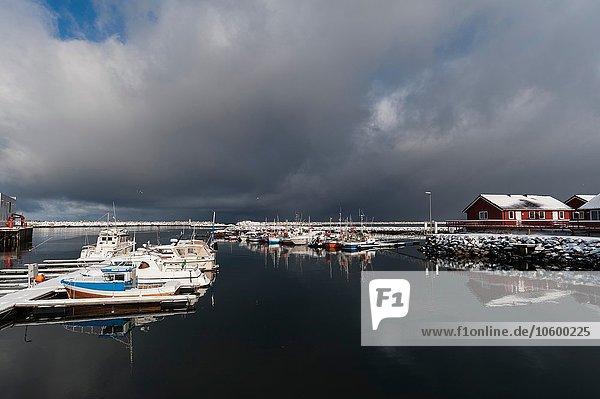 Sturmwolken über dem Wasser bei Andenes  Vesteralen Inseln  Norwegen