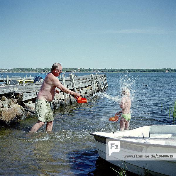 Wasser planschen See Großvater Mädchen