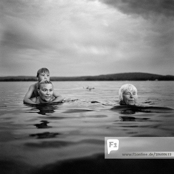 Junge - Person See Großmutter schwimmen Mutter - Mensch