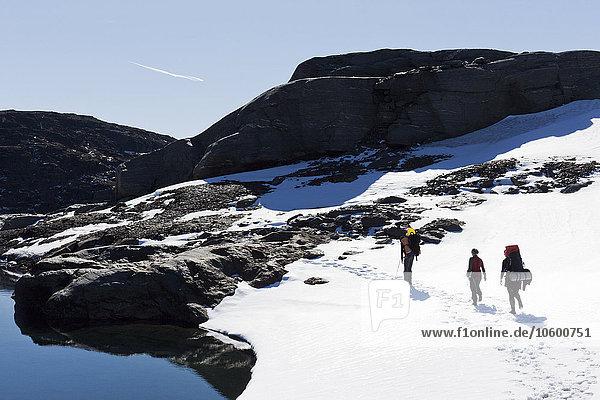 Berg bedecken Mensch Menschen wandern 3 Schnee