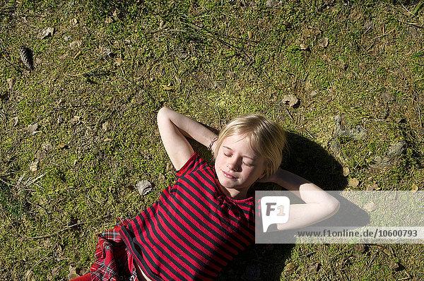 liegend liegen liegt liegendes liegender liegende daliegen Portrait Gras Mädchen