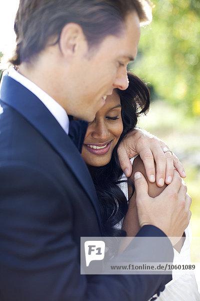 Außenaufnahme umarmen Hochzeit freie Natur