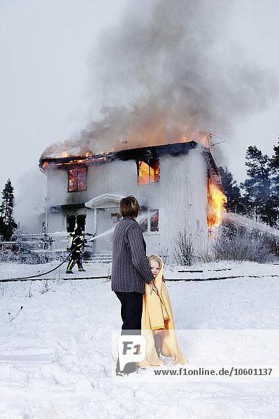 Rettung verbrennen Gebäude halten Hintergrund Großmutter Mädchen
