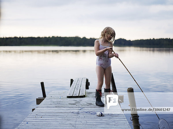 stehend Netz Steg angeln Mädchen
