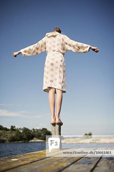 Jugendlicher Junge - Person balancieren Bademantel Steg