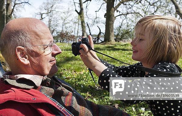 Enkeltochter Großvater fotografieren