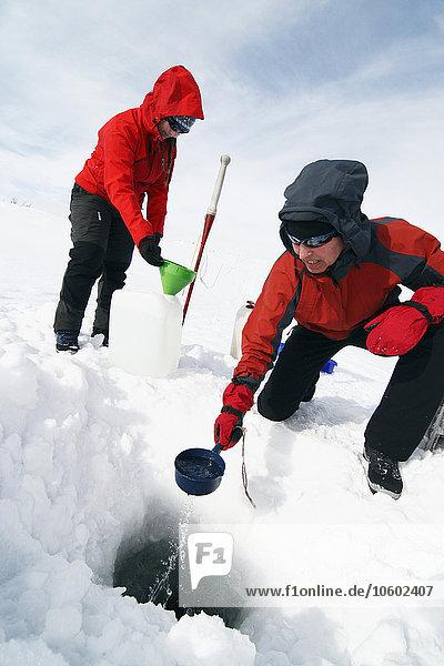 Wasser Frau nehmen See gefroren
