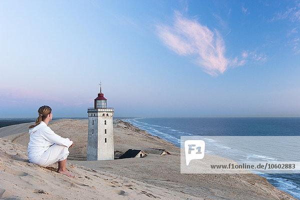 Frau sehen Küste Meer
