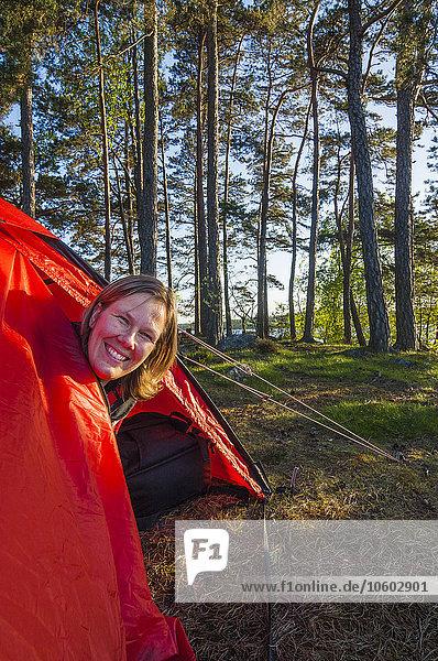 Frau sehen lächeln Zelt Blick in die Kamera