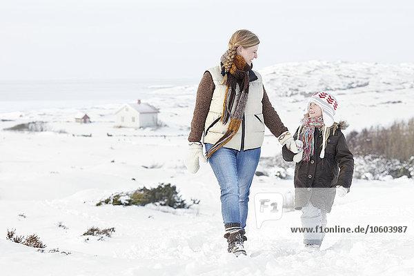 Frau Winter gehen Tochter
